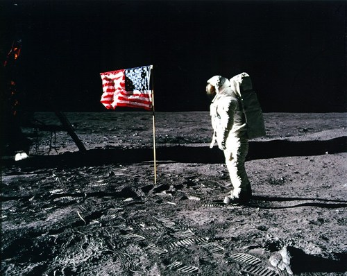 apollo-11_Aldrin-and-flag