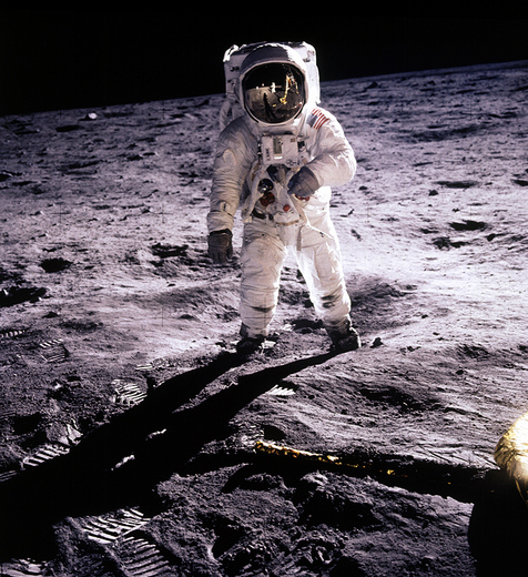 apollo-11_armstrong-on-the-moon